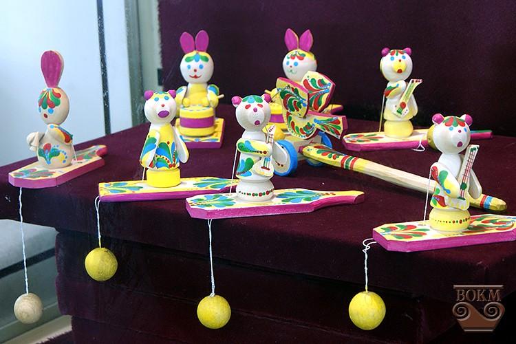 5f6eef7fd0d8f4 Першу іграшку зробив ще у 1972 р. для здачі курсової в художньому училищі.  Згодом майже 30 років працював майстром виробничого навчання, ...